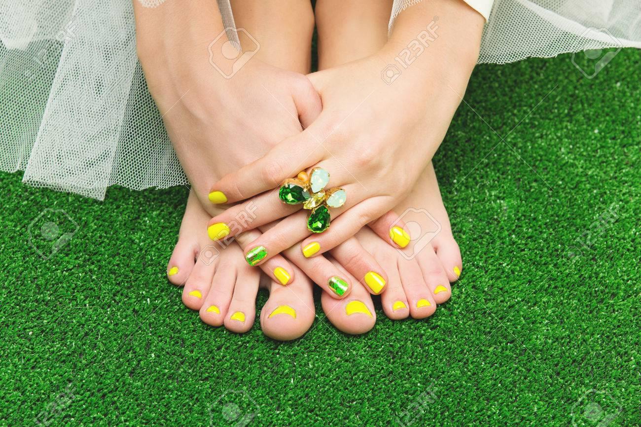 Primer Plano De Los Pies Y Los Dedos De La Mujer Con Amarillo ...