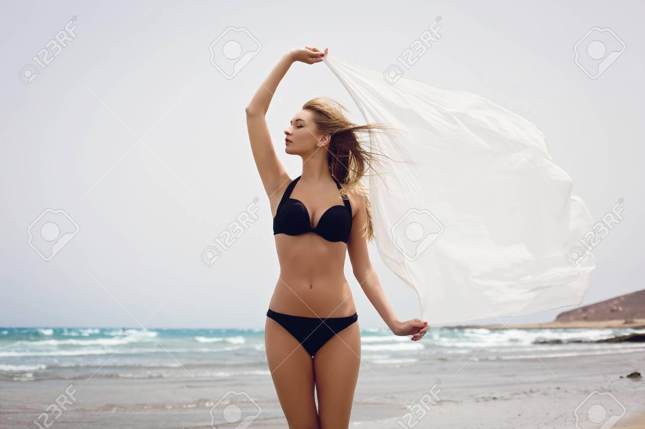 Belle Femme Bikini Jeune Un Volant Foulard Avec Noir Portant rfqrwAZ5O