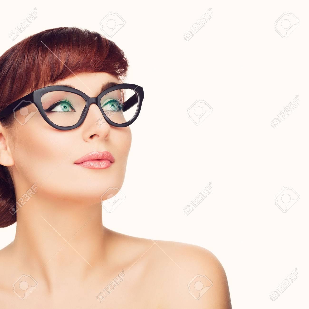 Mooie Jonge Vrouw Met Rood Haar En Make Up In Glazen Schot Van De