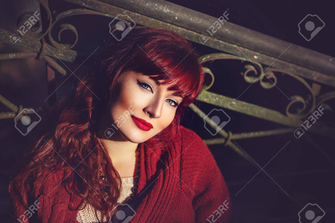 Banque d images - Belle jeune femme en laine écharpe rouge assis sur vieil  escalier de la maison. Début de l automne. tir extérieur. Lumière ambiante.  ... e6fca746f84