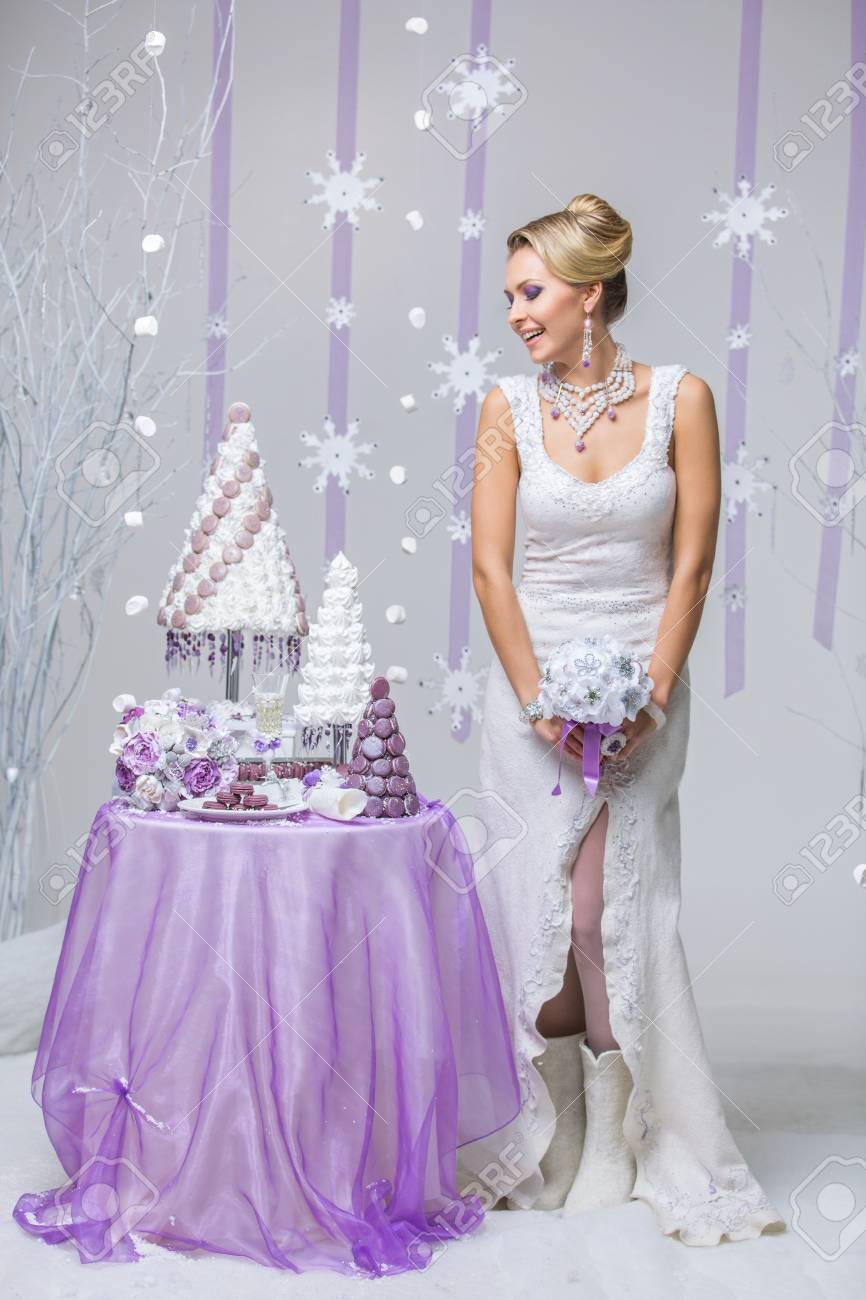 Schöne Junge Frau In Wolle Brautkleid Brautstrauß Hält In Der Nähe ...