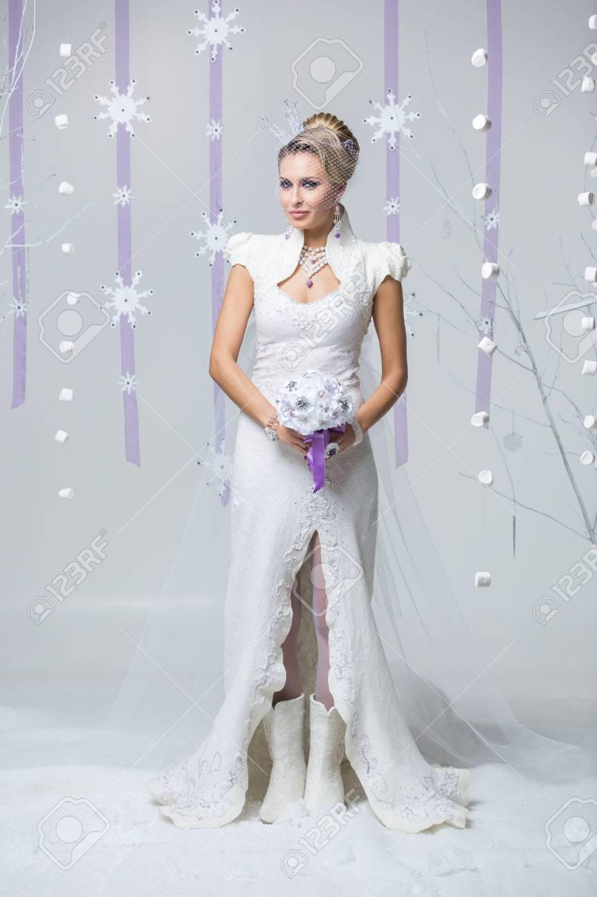 Schöne Junge Frau Im Hochzeitskleid Verfilzung Und Stiefel Halten ...