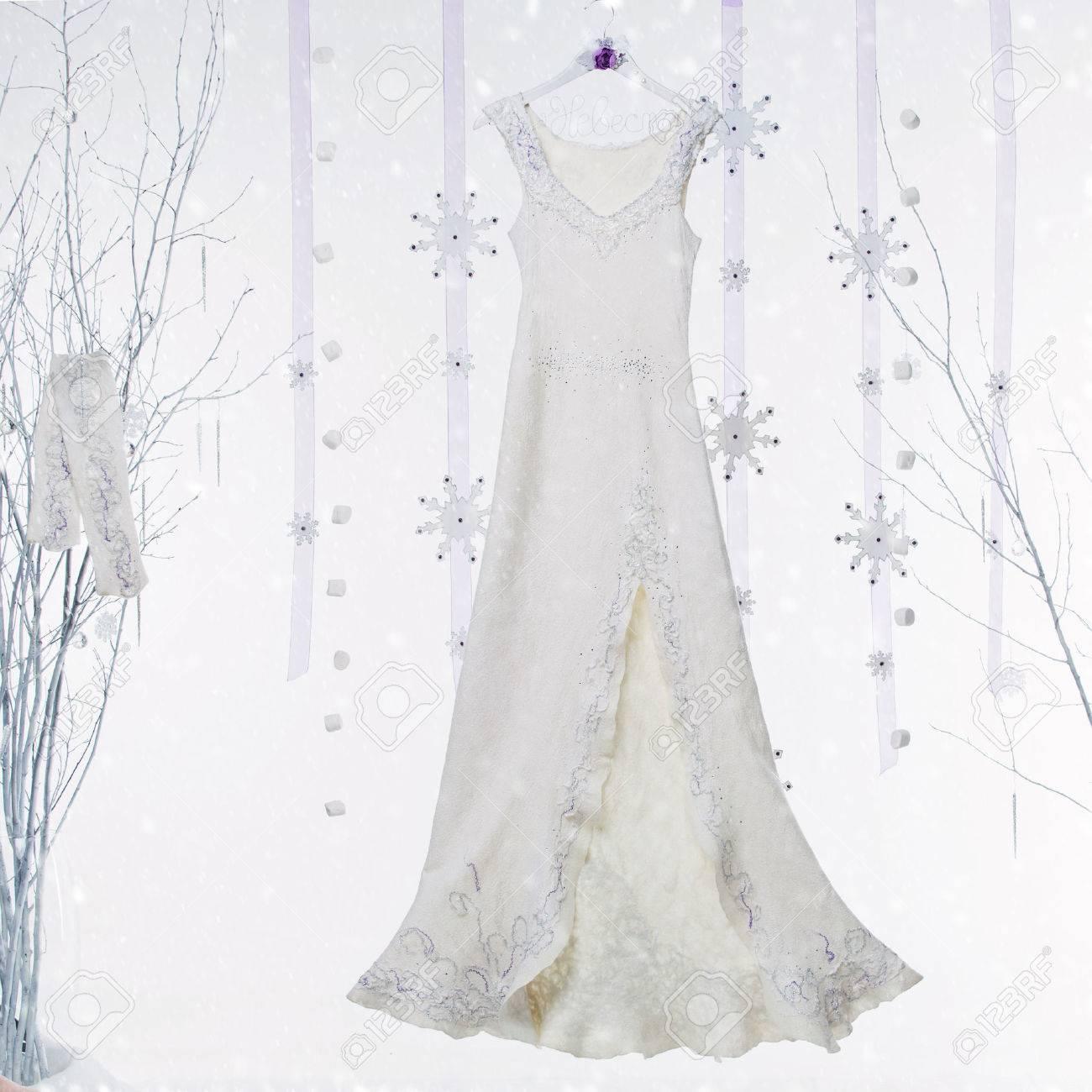 Schönes Weißes Langes Gefilztes Hochzeitskleid Mit Lila Details ...