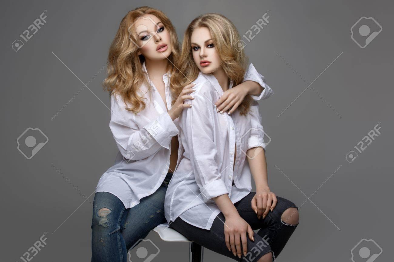 Zwei Schöne Junge Frauen Mit Langen Blonden Haaren Und Make Up