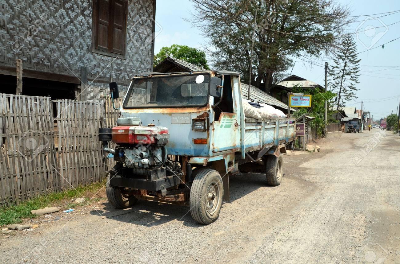 LES ANNÉES DES SOUVENIRS  - Page 3 33363724-tr%C3%A8s-vieux-camion-avec-le-moteur-diesel