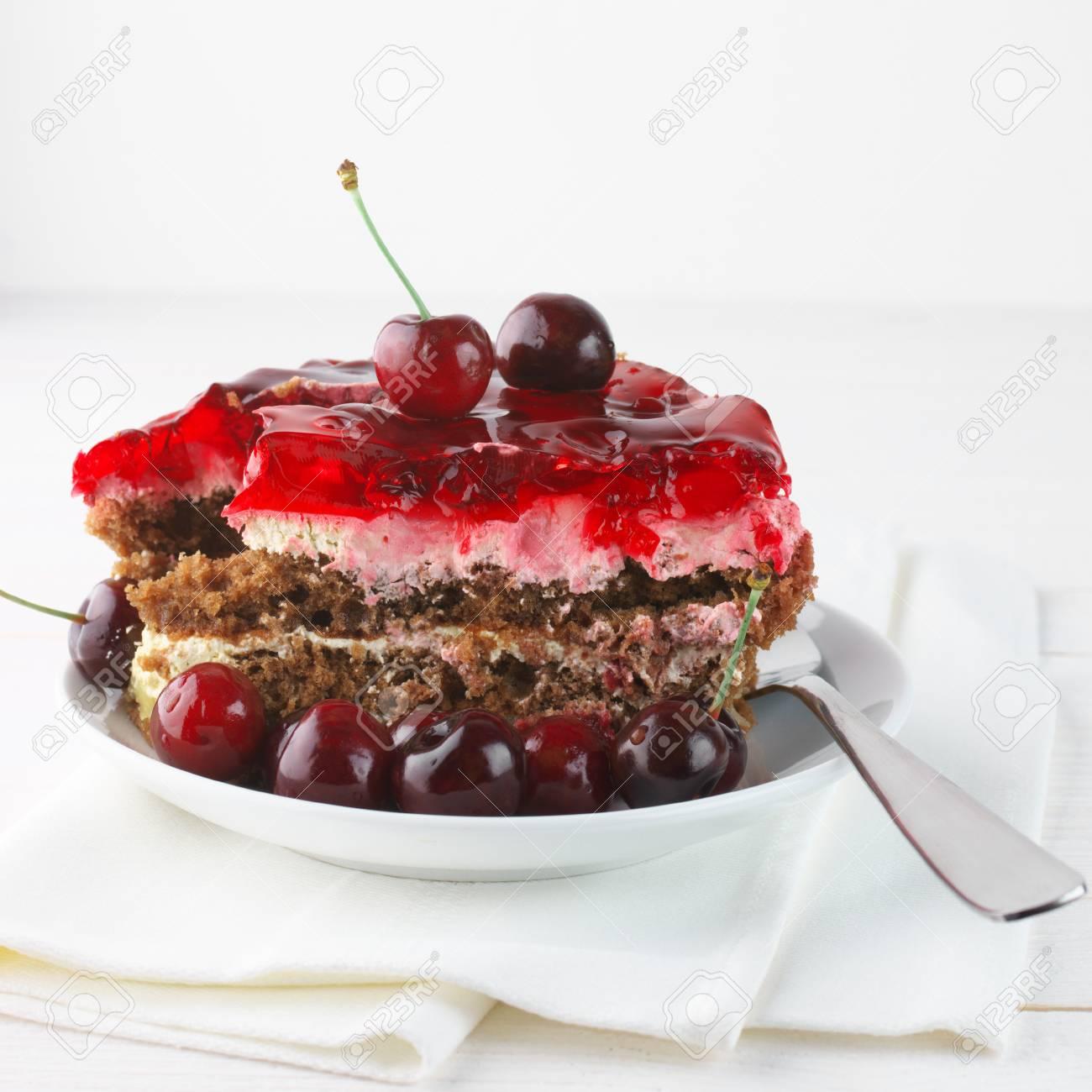 Fruchtige Kuchen Mit Gelee Und Kirschen In Der Weissen Platte Auf