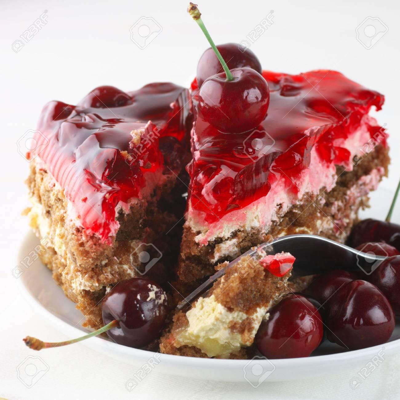 Fruchtige Kuchen Mit Gelee Und Kirschen Close Up In Weissen Teller