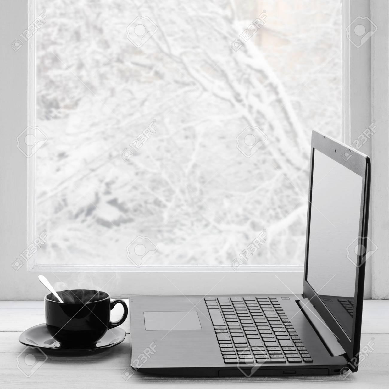 Acogedor Invierno Todavía La Vida: Ordenador Portátil Y Una Taza De ...
