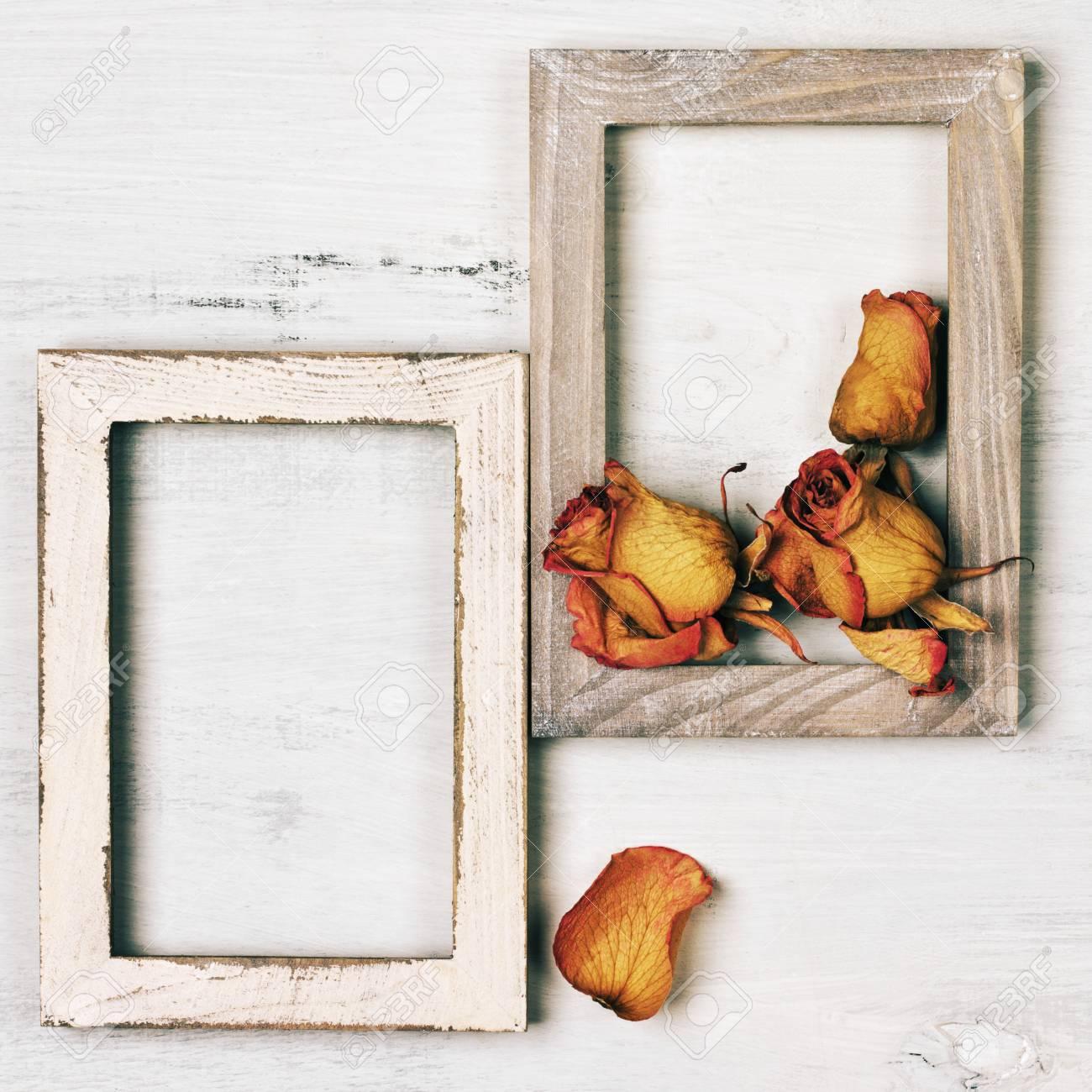 Zwei Vintage-Holz-Bilderrahmen Mit Getrockneten Rosen Auf Schäbige ...