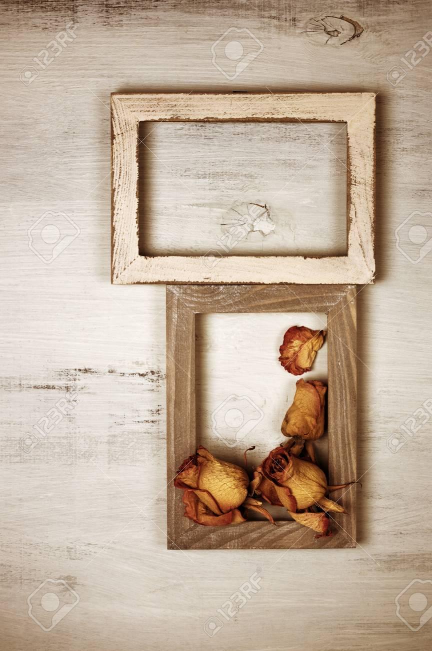Zwei Alte Hölzerne Fotorahmen Mit Getrockneten Rosen Auf Schäbigem ...