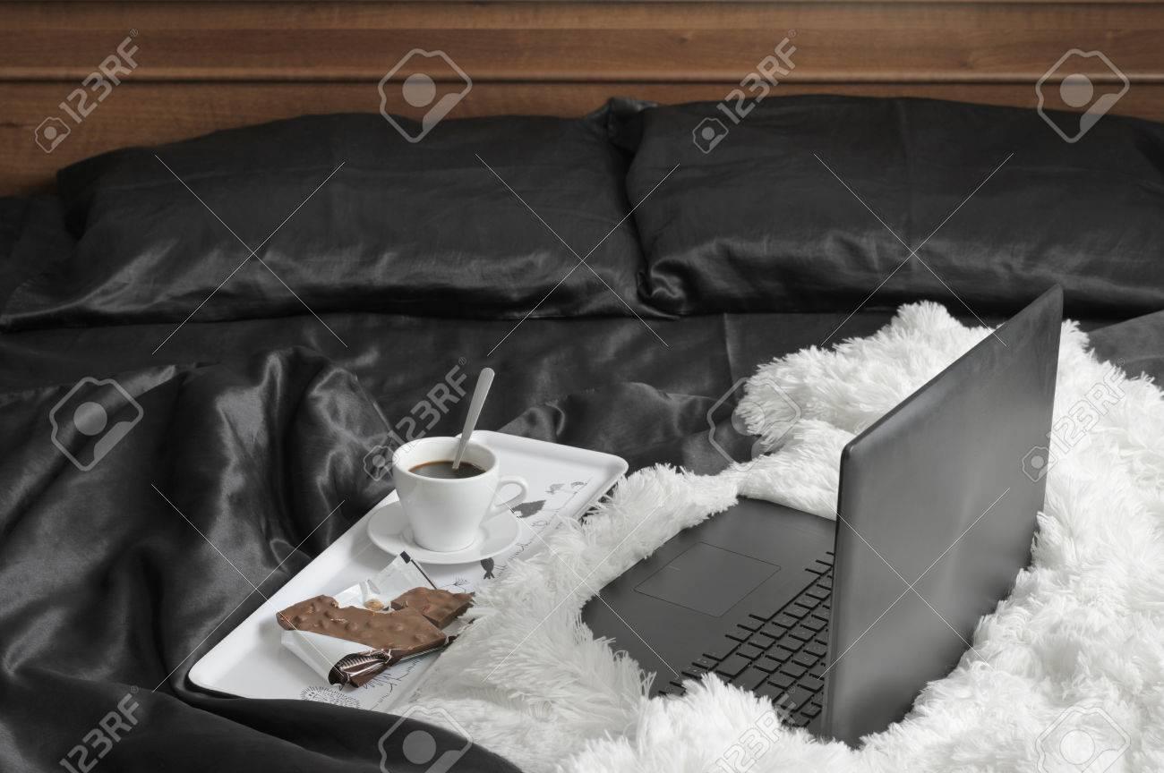Lenzuola In Raso Nere.Immagini Stock Laptop E Tazza Di Caffe Con Cioccolato Al Latte Sul