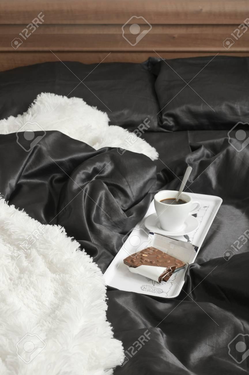 Lenzuola In Raso Nere.Immagini Stock Tazza Di Caffe E Cioccolato Al Latte Sul Vassoio