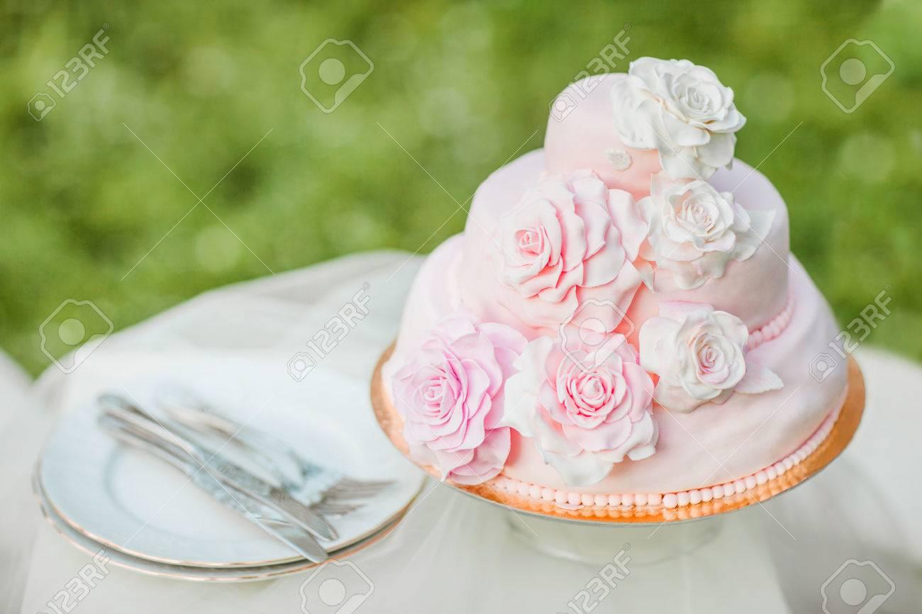 Rosa Und Weisse Hochzeitstorte Mit Mastice Rosette Verziert Kuchen