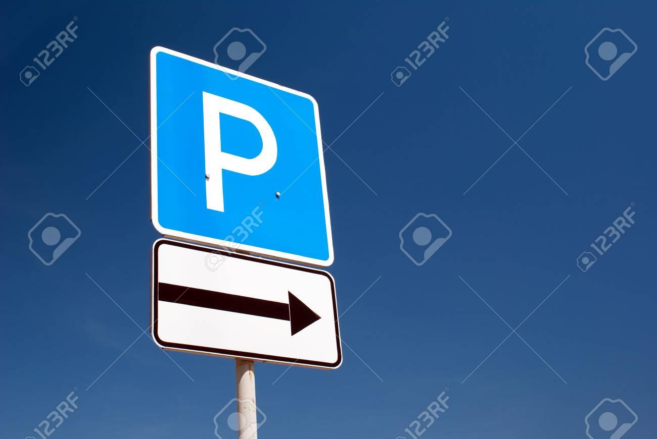 parking sign on a blue sky background - 6080973
