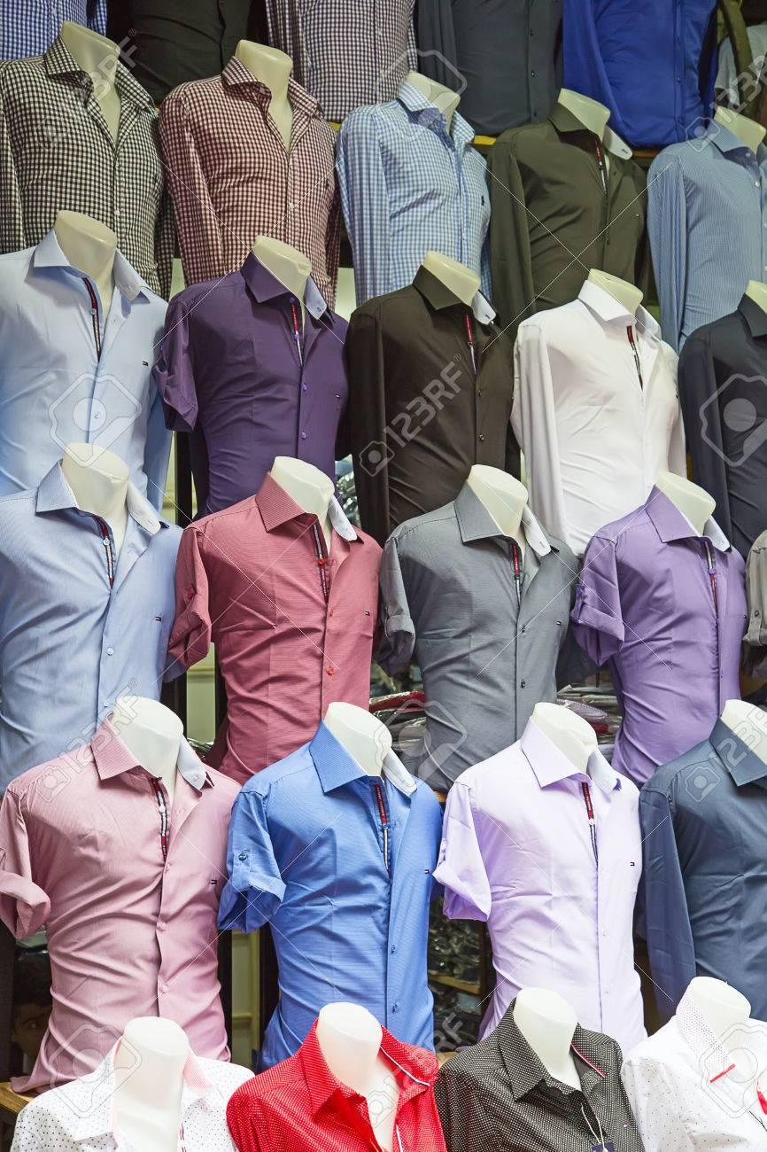 ISTANBUL - 3 MAI  Des Chemises Fausses En Vente Sur La Rue étroite Autour  Du Grand Bazar Sur Mal 3, 2015 à Istanbul, En Turquie. La Région Autour De  Grand ... 7ea2a26f909