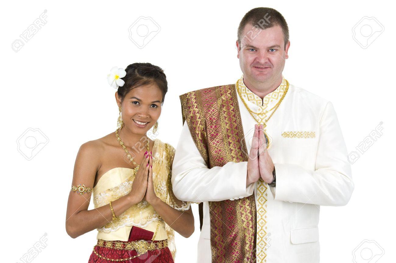 Glücklich Verheiratetes Paar In Traditionelle Thai Hochzeit Kleidung ...