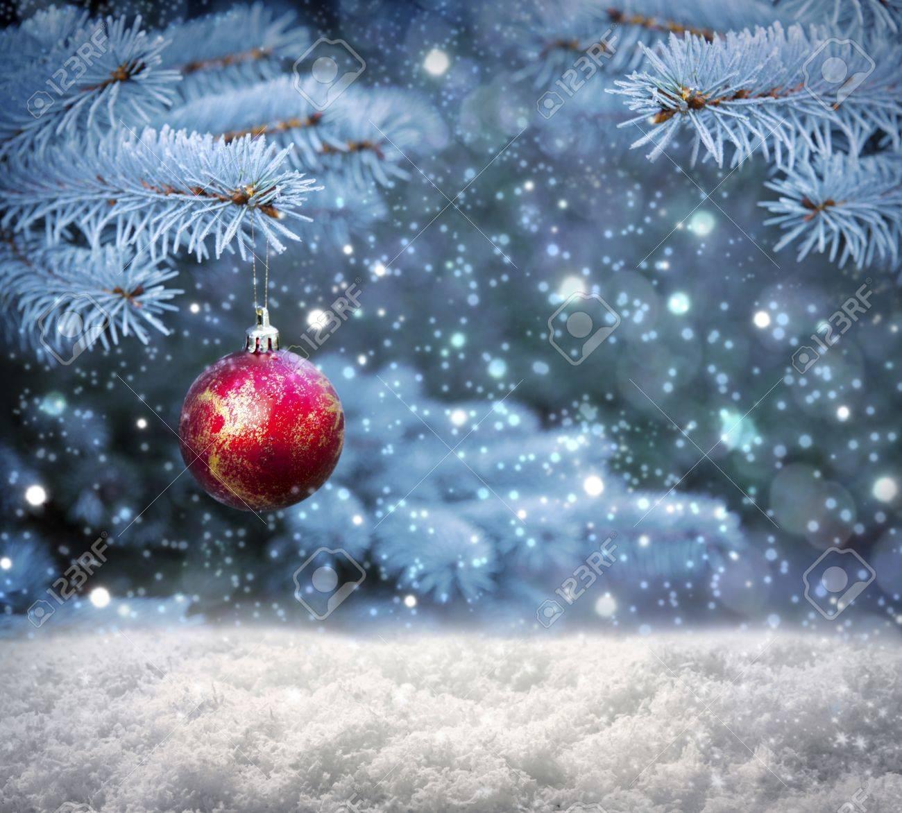 Schöne Weihnachtskugeln Auf Tannenzweigen Mit Schnee Bedeckt ...