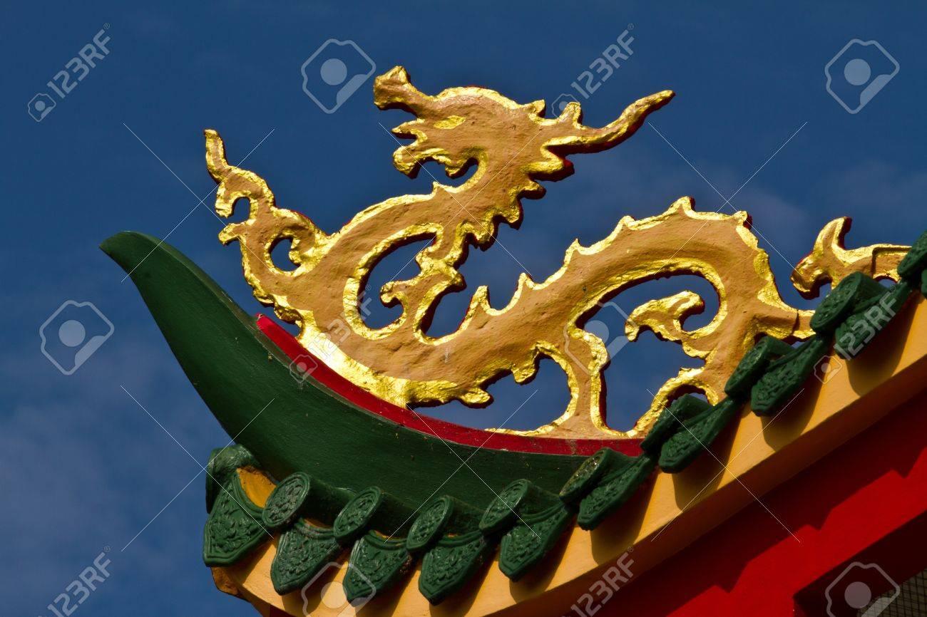 Modern Chinese Dragon Golden Dragon Estatua Es Un Moderno Corte ...