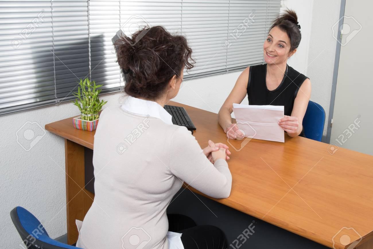Une femme d affaires reçoit candidat pour un emploi à son bureau