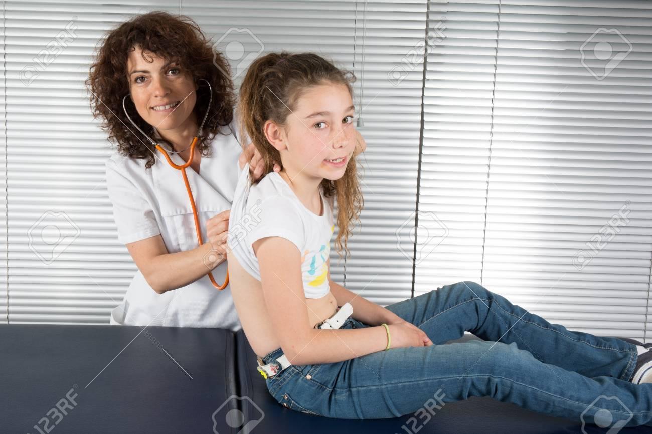 Weibliche Arzt Untersucht Ein Hübsches Junges Mädchen Lizenzfreie