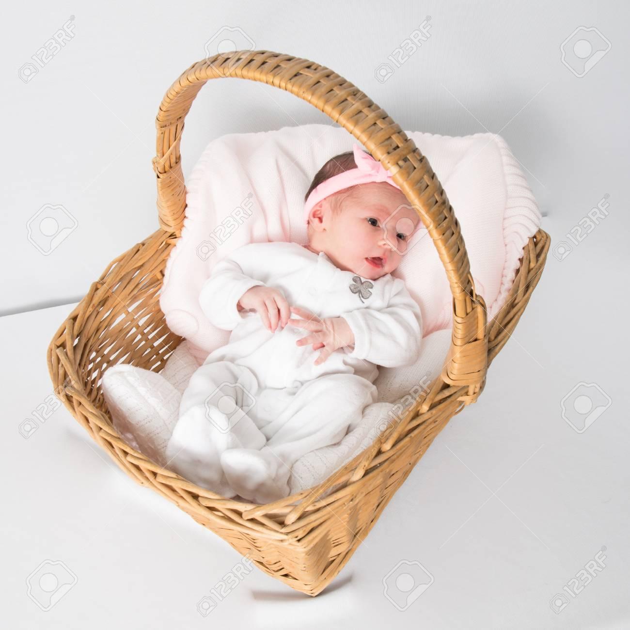 Canasta Para Bebe Recien Nacido.Retrato Del Pequeno Bebe Recien Nacido Acostado En La Canasta