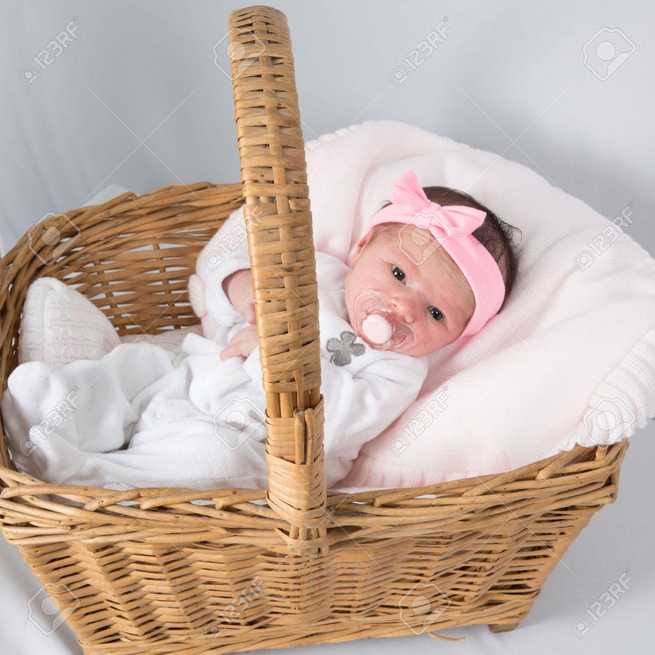 Canasta De Recien Nacido.Retrato Del Pequeno Bebe Recien Nacido Acostado En La Canasta