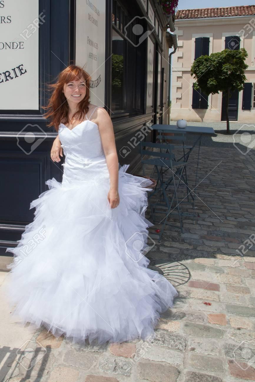 Portrait Der Schonen Braut Mit Roten Haaren Und Fashion