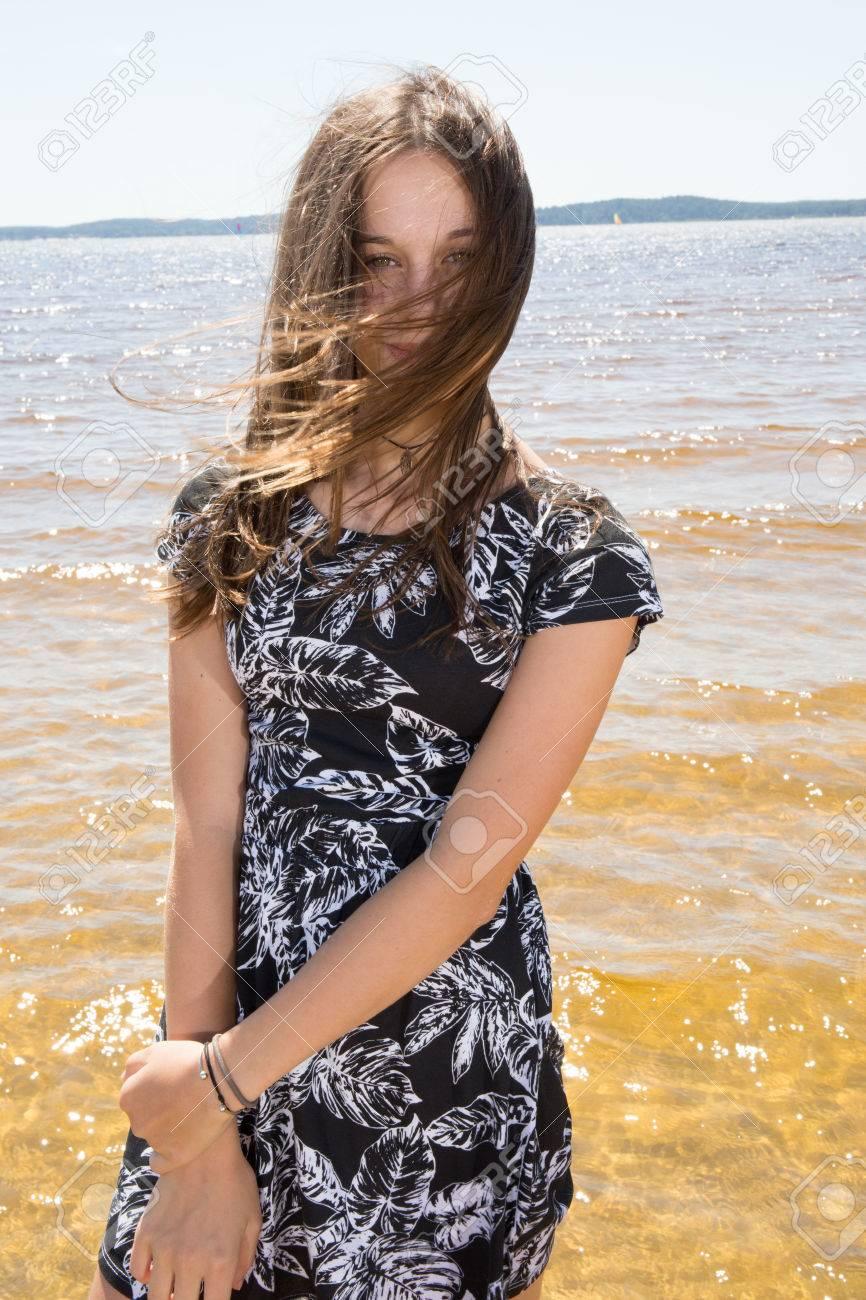 Muchacha Bonita Joven Refrescante En El Océano