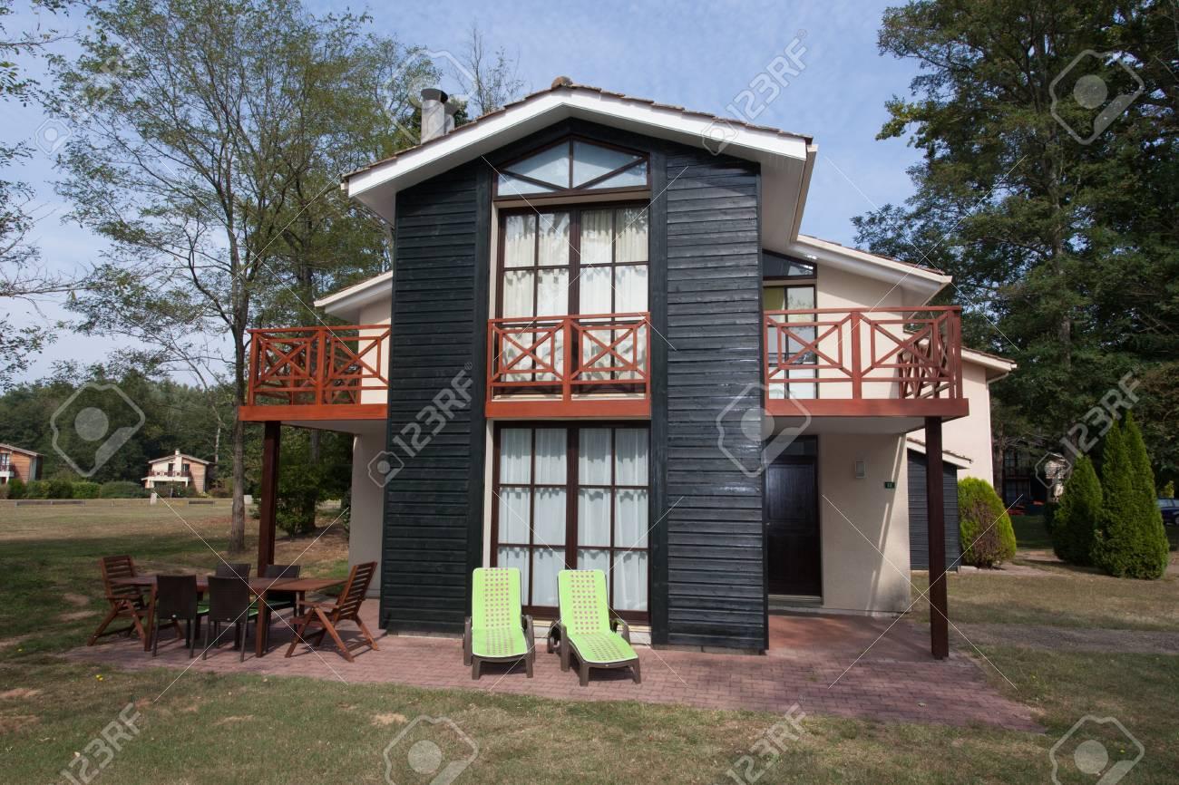 Mooi modern huis met tuin outdoor royalty vrije foto plaatjes