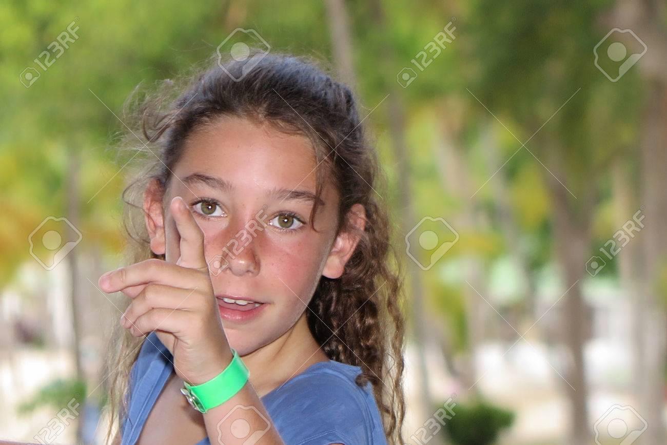Hübsches Mädchen 10 Jahre Alt Im Sommer Lizenzfreie Fotos Bilder