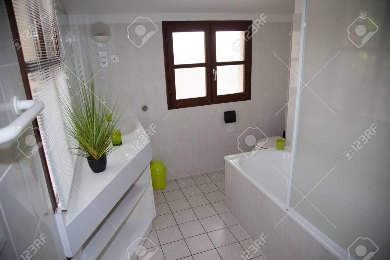 Foto Bagni Moderni Arredati.Immagini Stock Ben Arredato Moderno Bagno Bianco Image 43172180