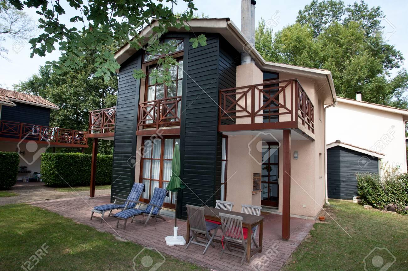 Mooi modern huis met tuin buiten royalty vrije foto plaatjes