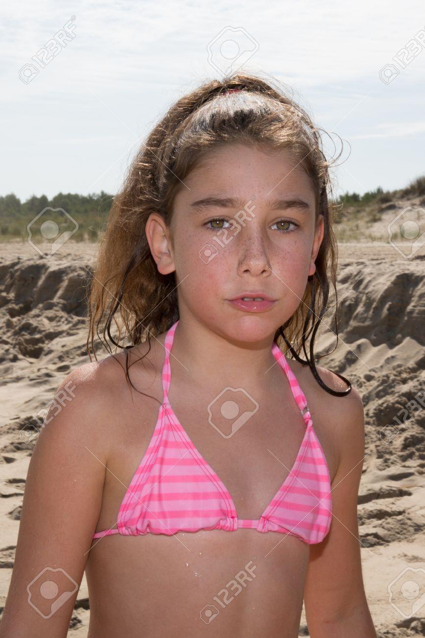 jeune fille 10 à la plage sur l océan banque d images et photos