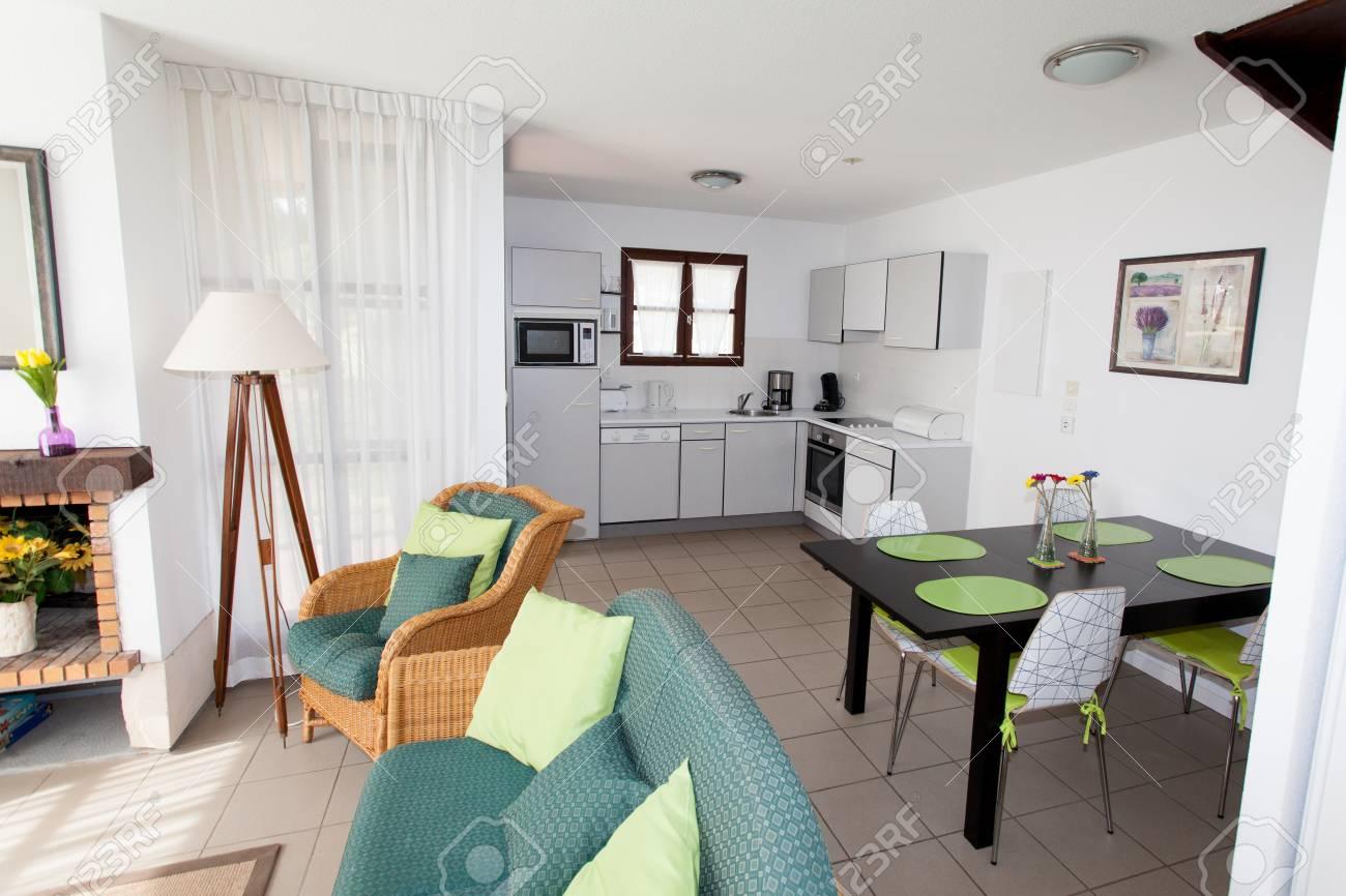 Modern Hell Sauber Wohnzimmer In Einem Haus Lizenzfreie Fotos