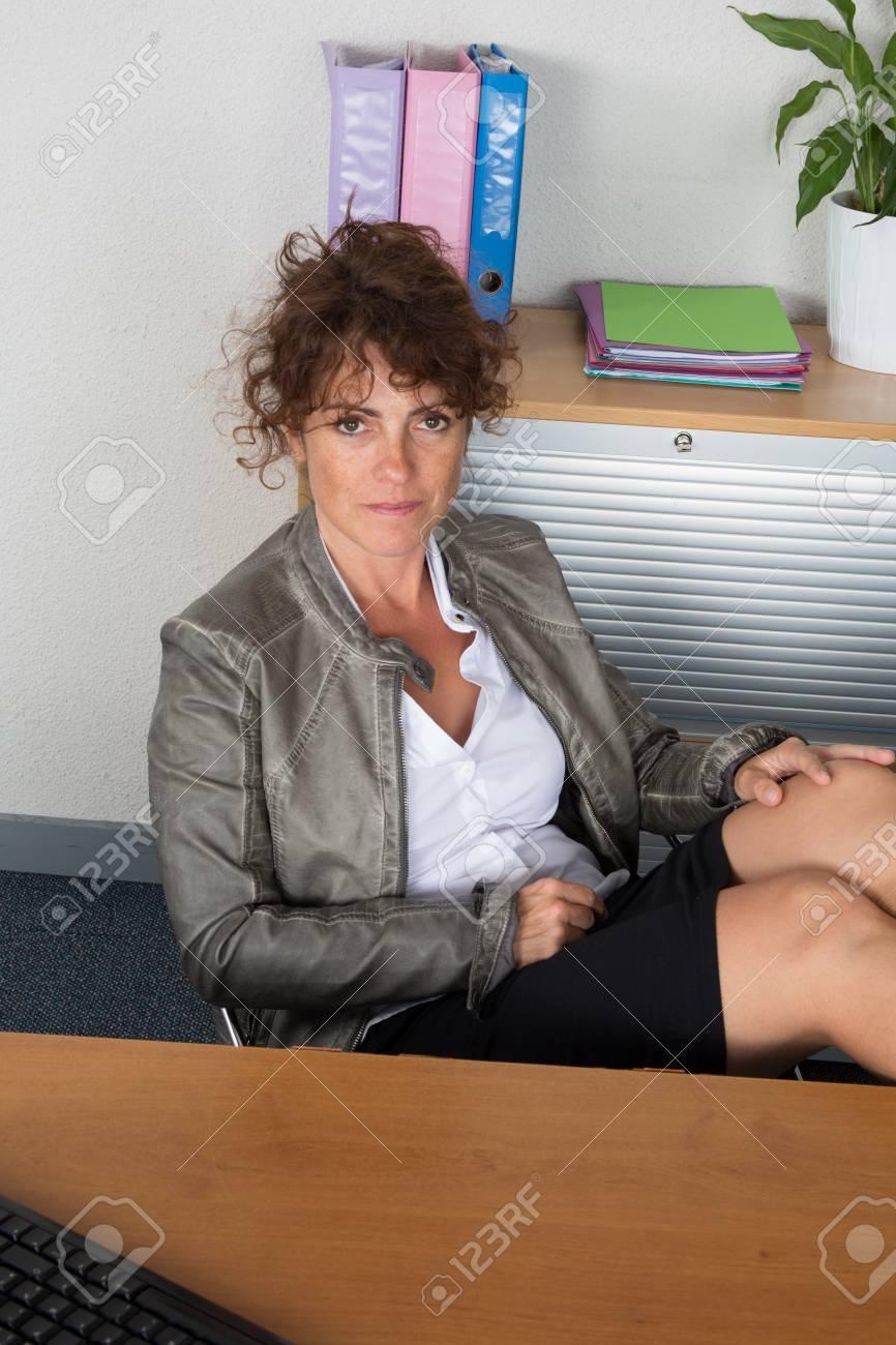 Entspannt Und Gekrönte Business Frau Sitzt Mit Gespreizten Beinen Auf Dem Schreibtisch