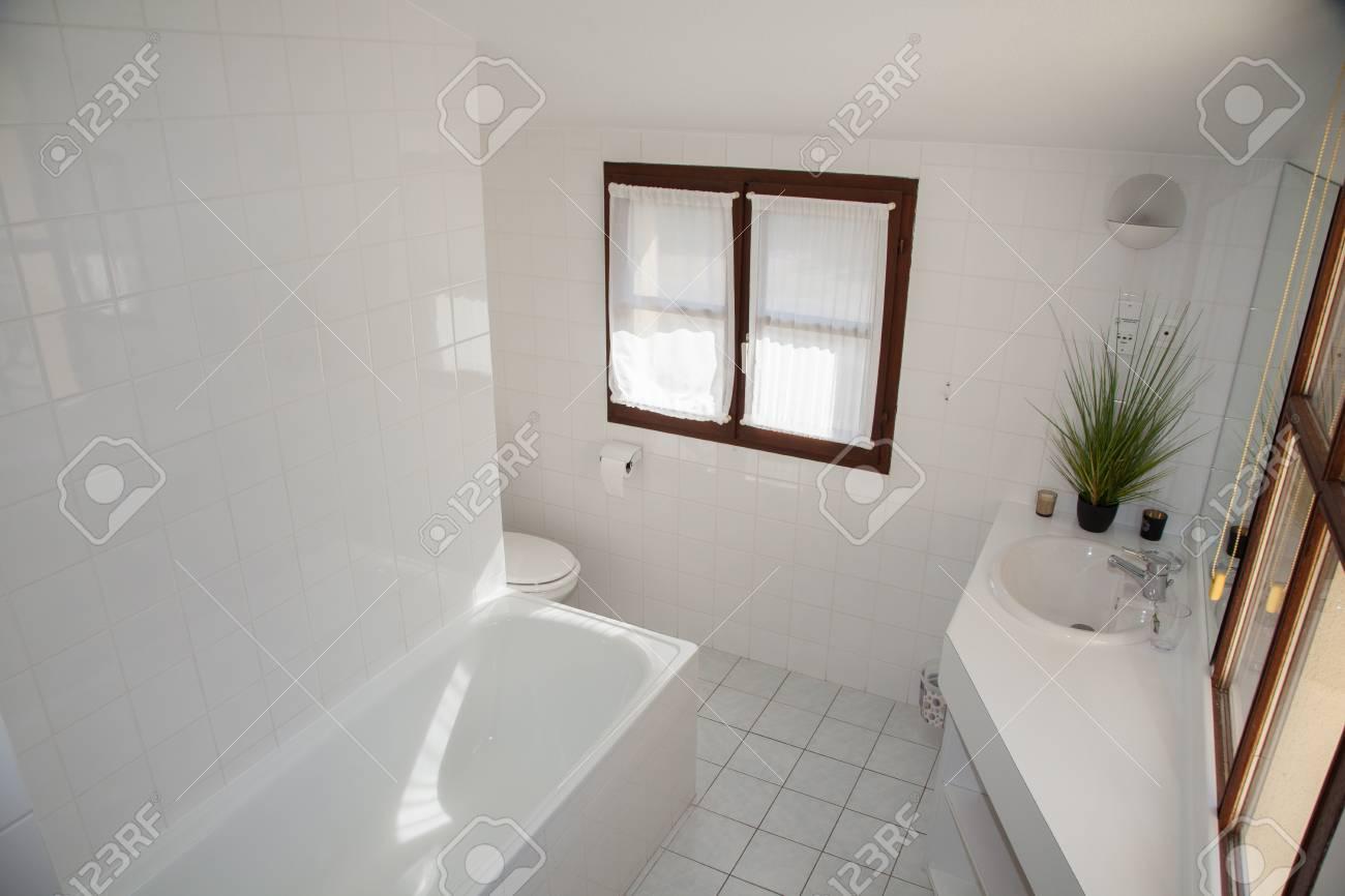 Vista de un cuarto de baño espacioso y elegante