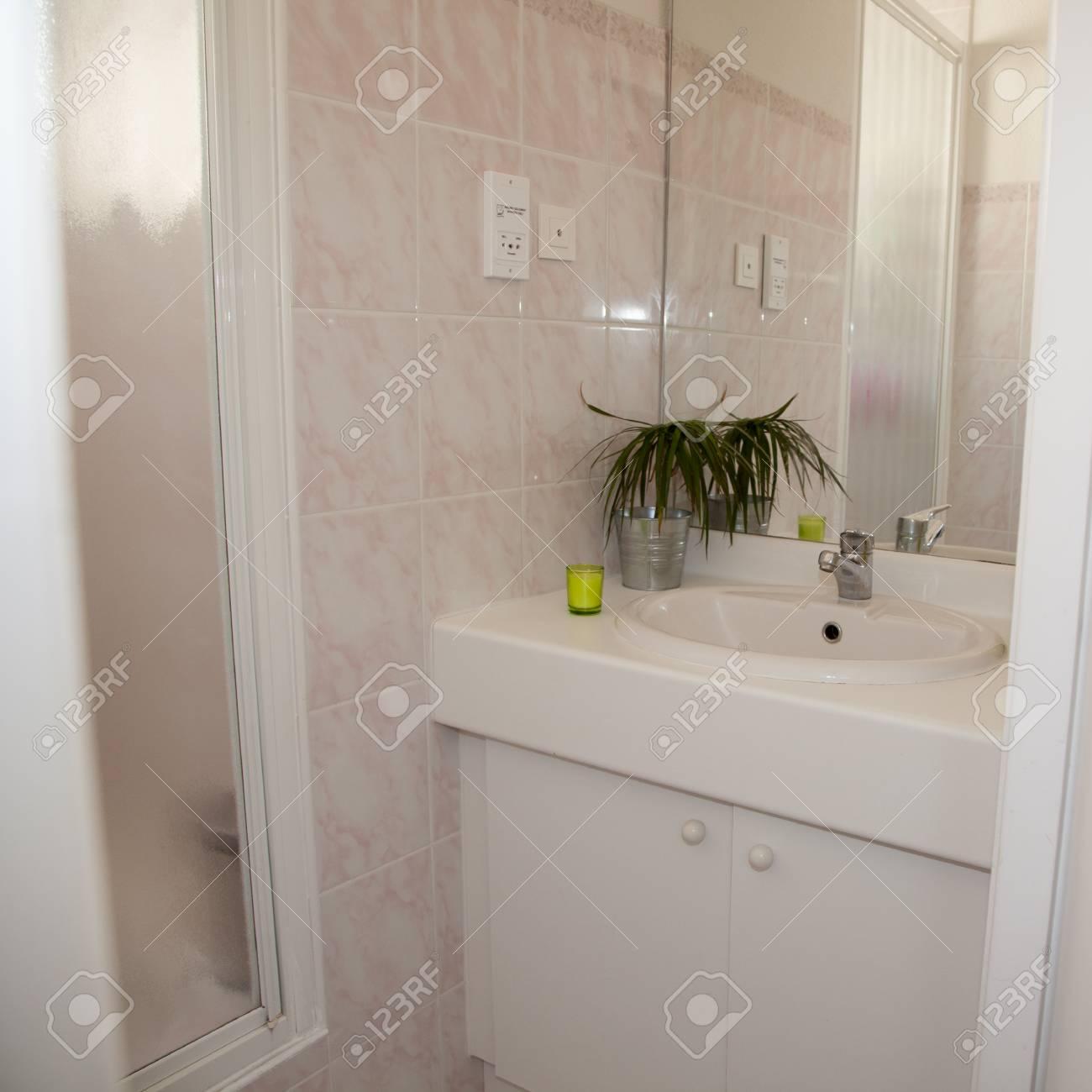 Bel intérieur d\'une salle de bains moderne blanc
