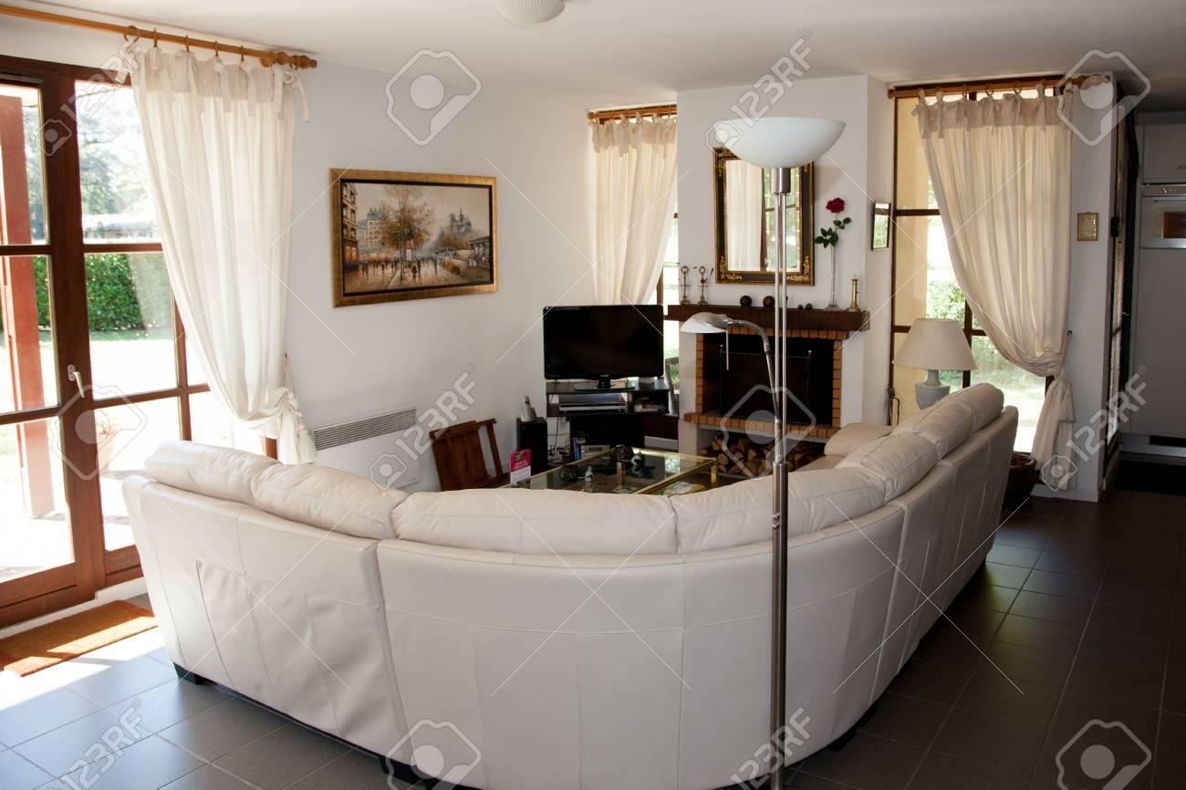 Schone Und Eine Gemutliche Helle Wohnzimmer Lizenzfreie Fotos Bilder Und Stock Fotografie Image 46639252