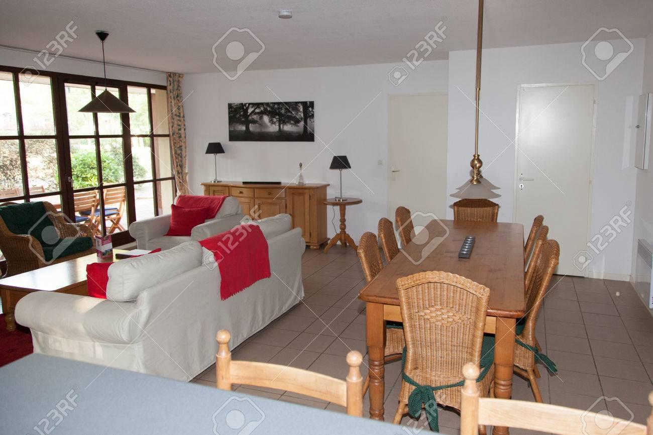 Schone Und Eine Gemutliche Helle Wohnzimmer Lizenzfreie Fotos Bilder Und Stock Fotografie Image 46640657