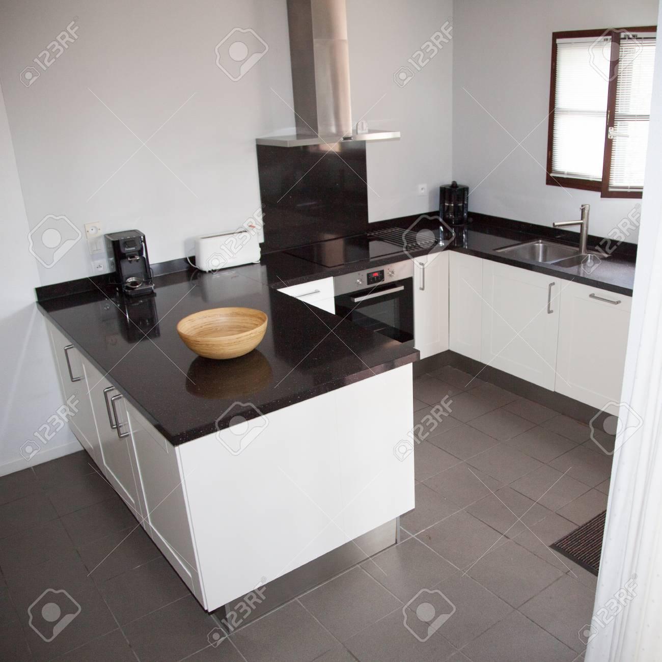 Moderne Und Saubere Küche In Einem Neuen Haus Lizenzfreie Fotos ...