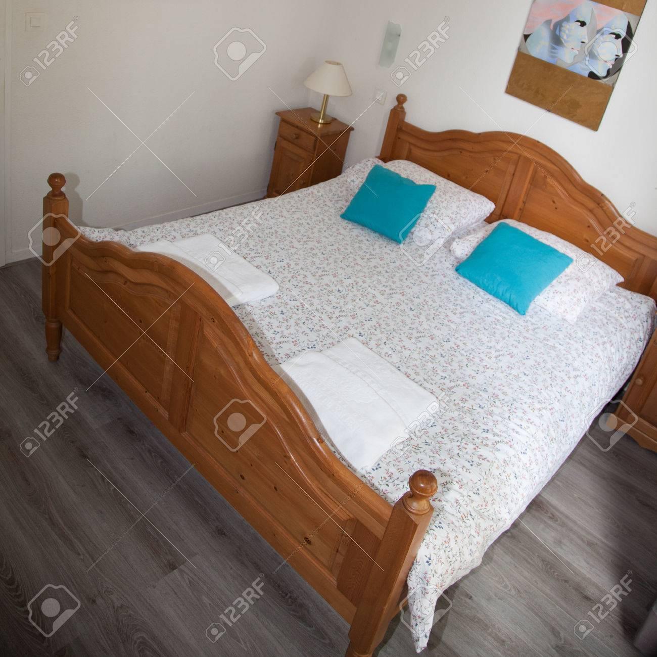 Doppelbett Im Schlafzimmer Mit Schreibtisch-Lampe In Der Nähe Davon ...