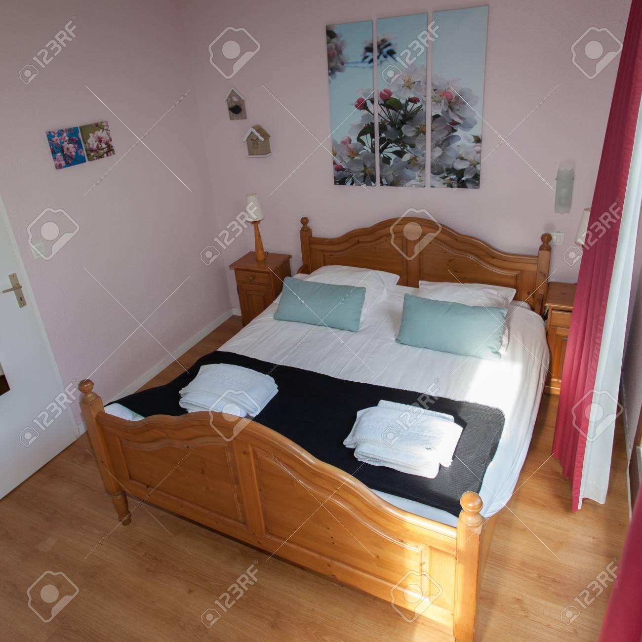 Doppelbett Im Schlafzimmer Mit Schreibtisch Lampe In Der Nähe Davon  Standard Bild   49964056