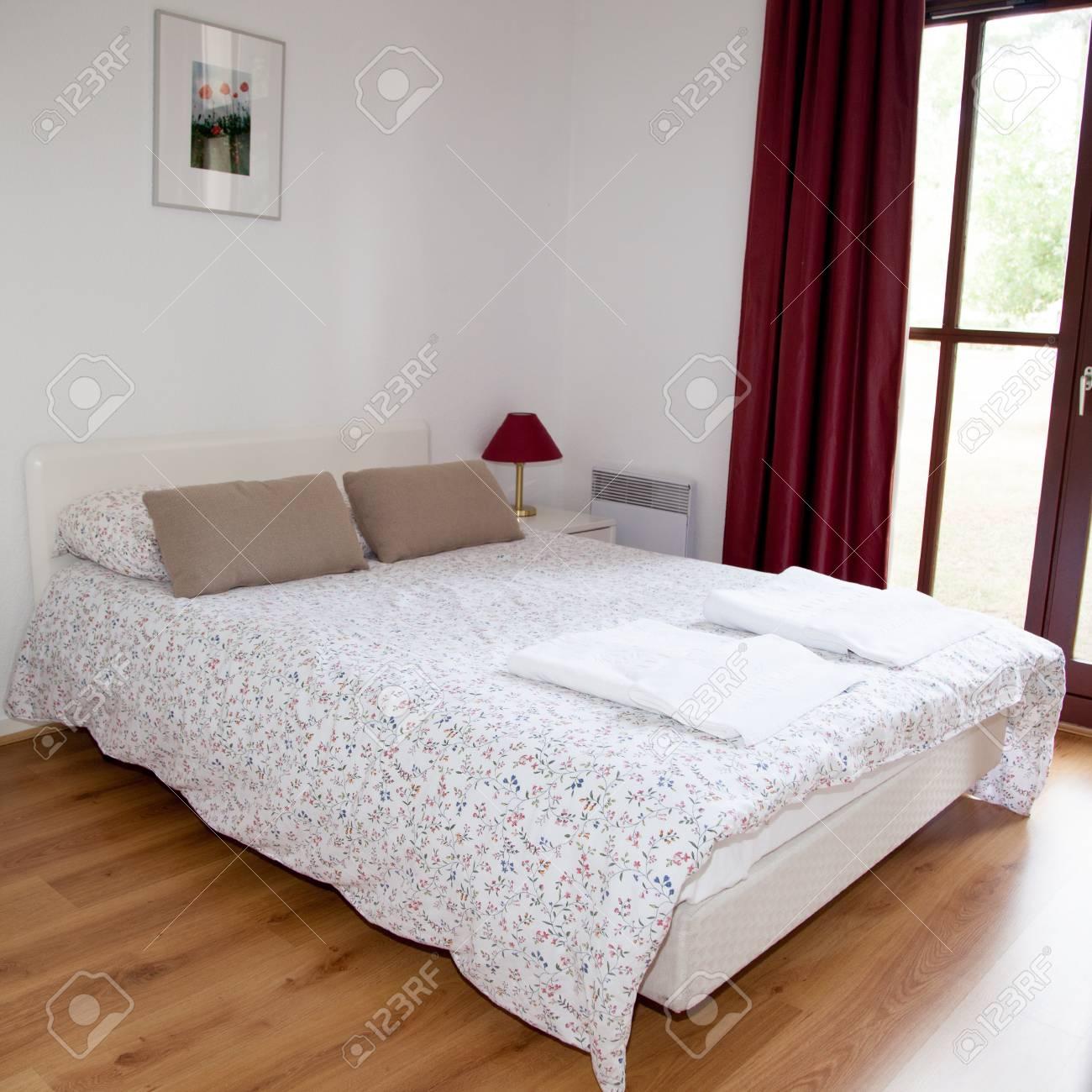 Doppelbett Im Schlafzimmer Mit Schreibtisch Lampe In Der Nähe Davon  Standard Bild   50251488