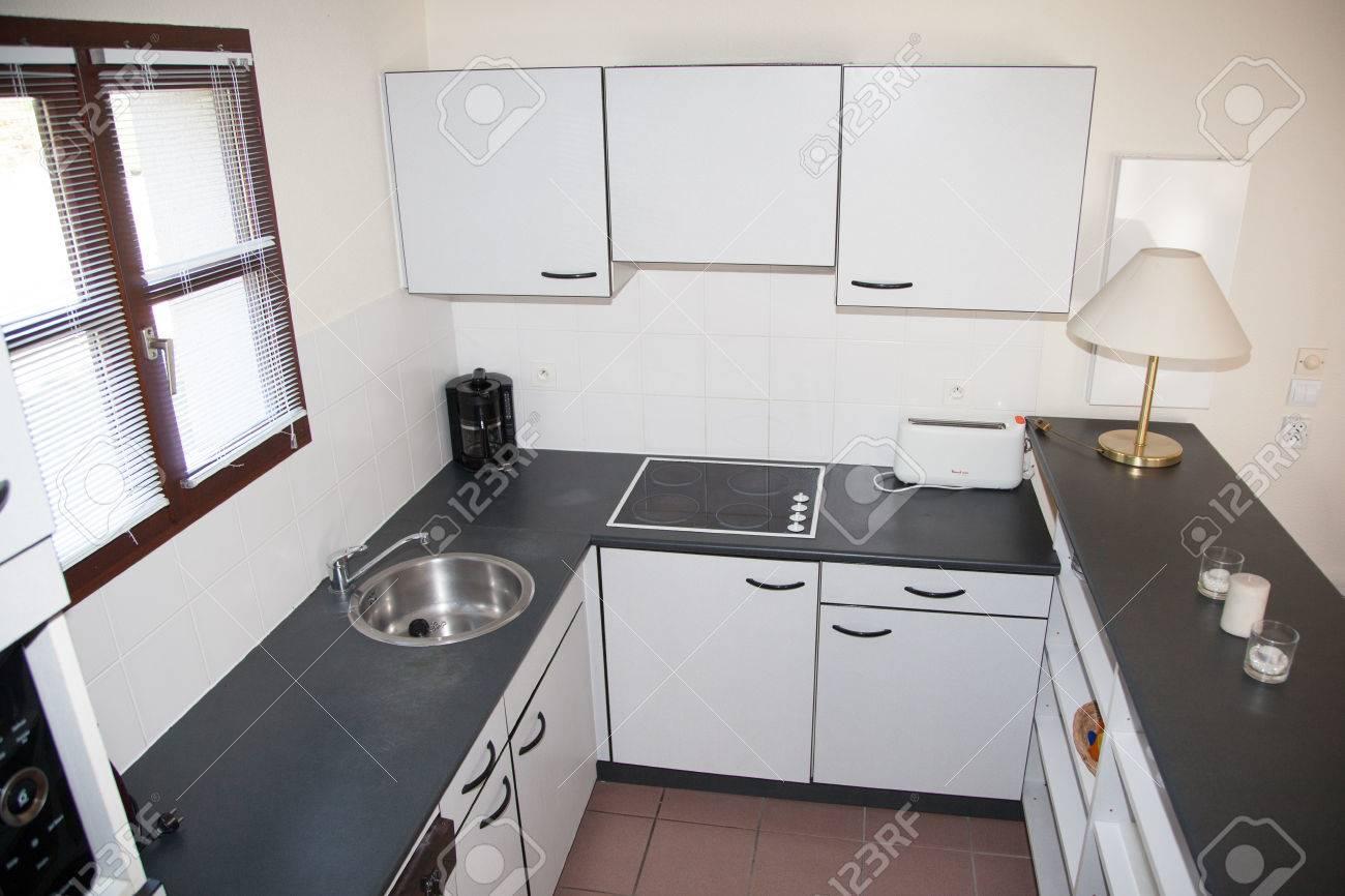 Nuova Cucina Bianco Decorato Nella Casa Di Lusso Con Top Nero In ...