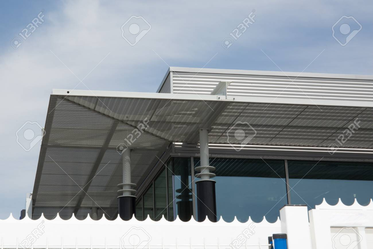 exter moderne d'un bâtiment industriel, entouré d'une clôture banque