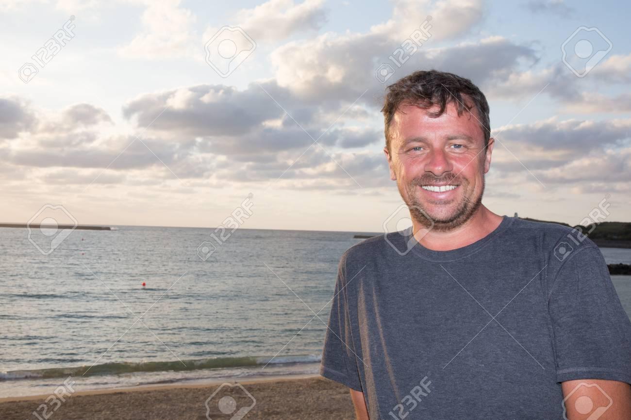 88396b4b33 El hombre de pie en la iluminación de la puesta del sol vista posterior  reflejo en
