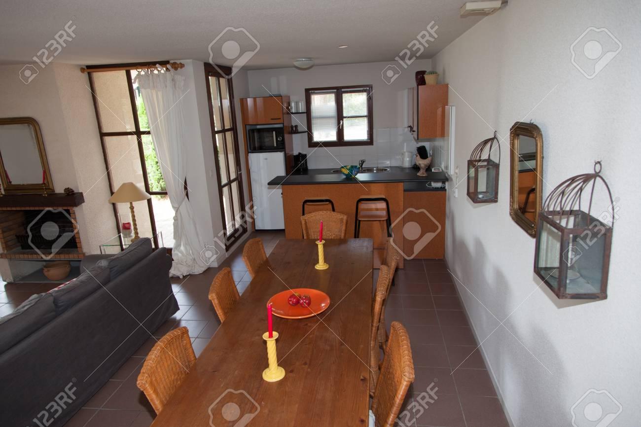 Accogliente e luminoso classico bianco bellissimo soggiorno in una casa  moderna
