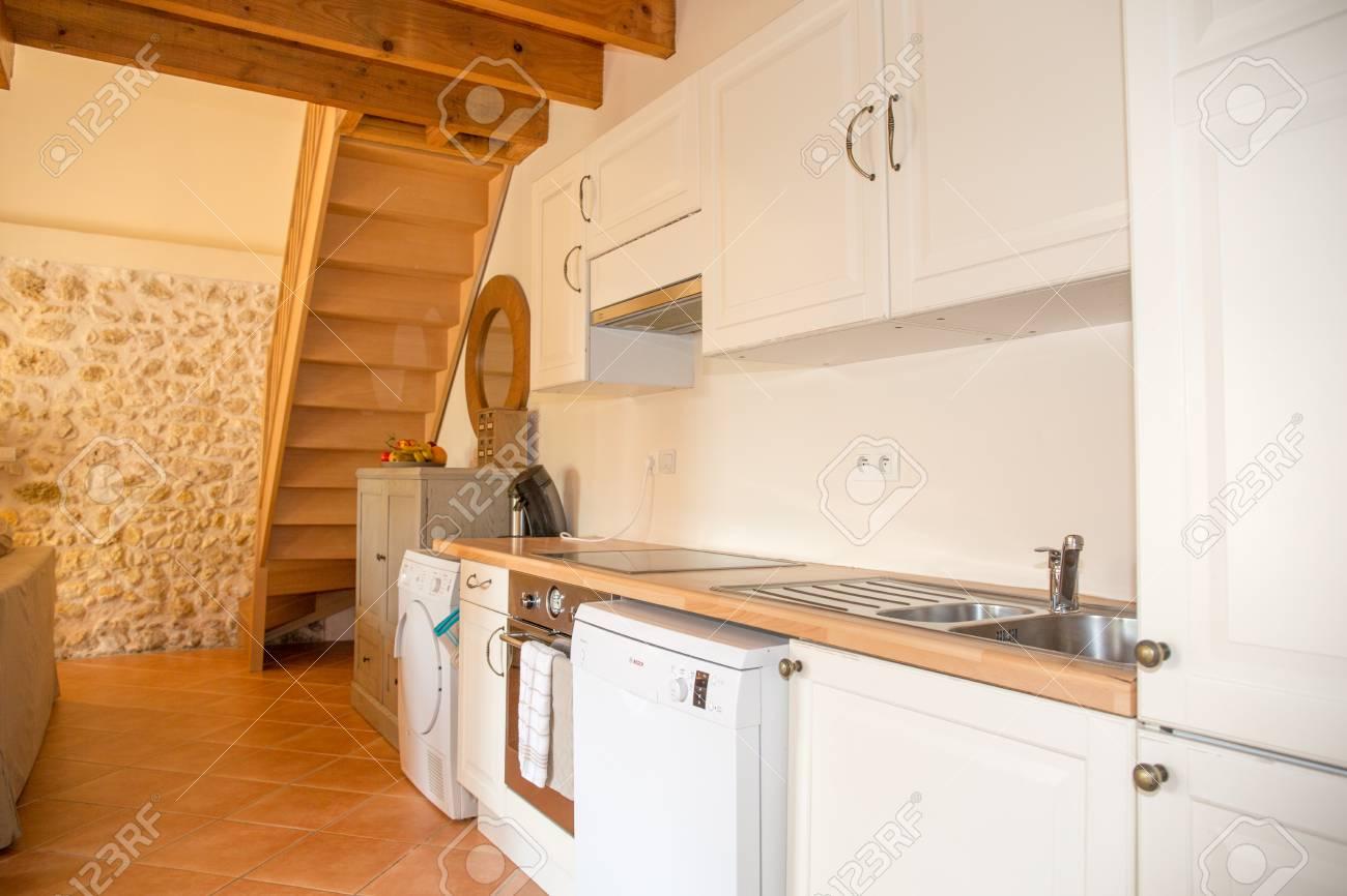 Cucina Bianca In Casa Di Legno Foto Royalty Free, Immagini, Immagini ...
