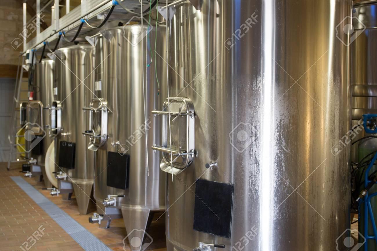 Cave à vin moderne avec des cuves en acier inoxydable