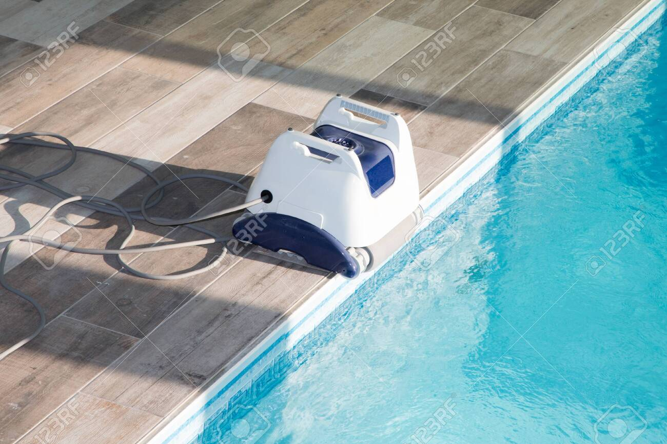 Pool cleaner robot for cleaning swimming pool